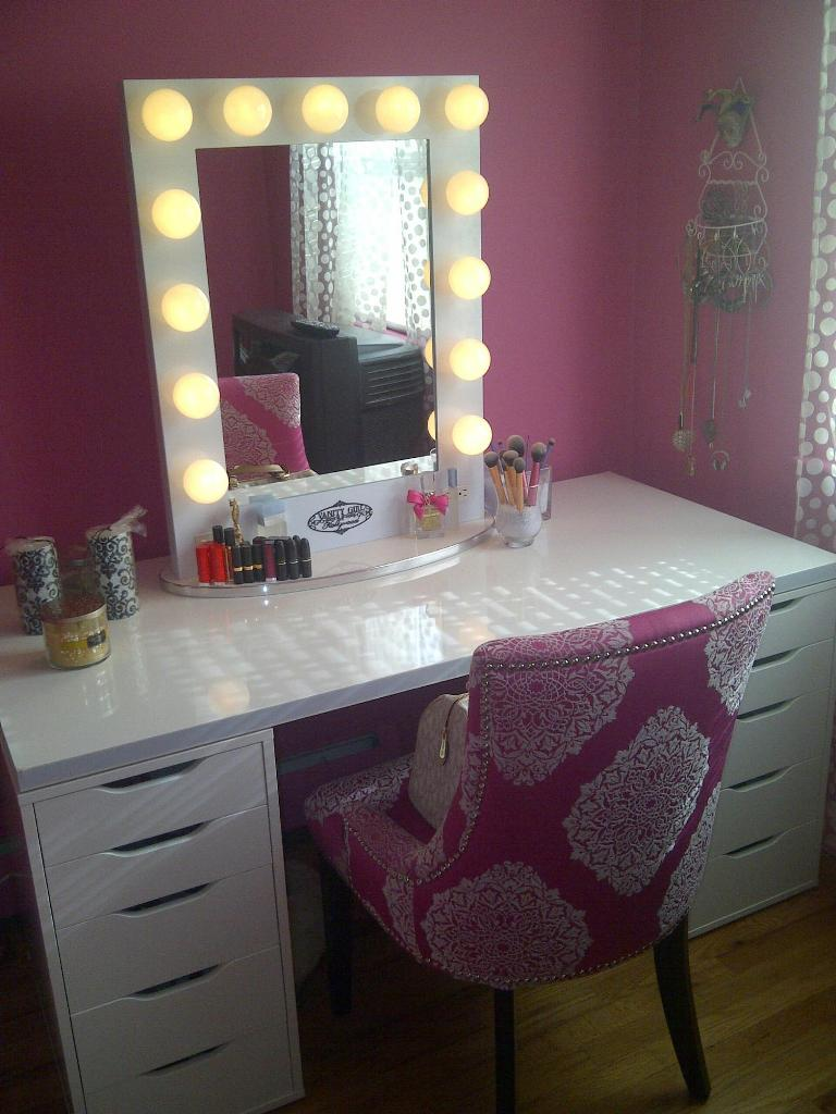 Broadway-lighted-vanity-mirror-photo-12